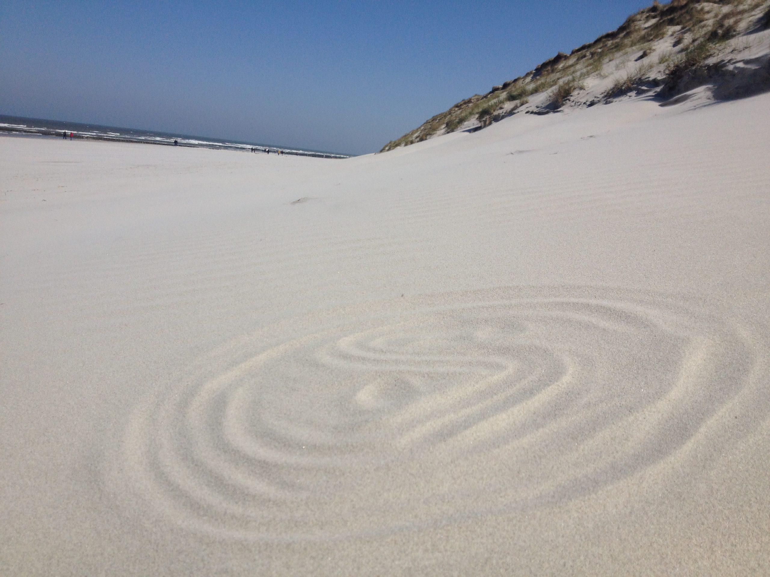 Yin Yang Zeichen im Sand